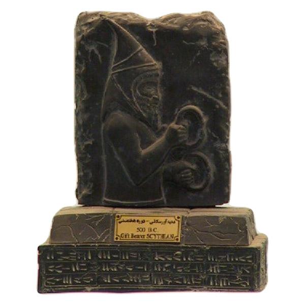 مجسمه تندیس و پیکره شهریار مدل پایه دار هدیه آور ارمنی کد MO2480