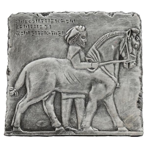 مجسمه تندیس و پیکره شهریار مدل کتیبه جنگ شیر و گاو آویزدار کد MO3080