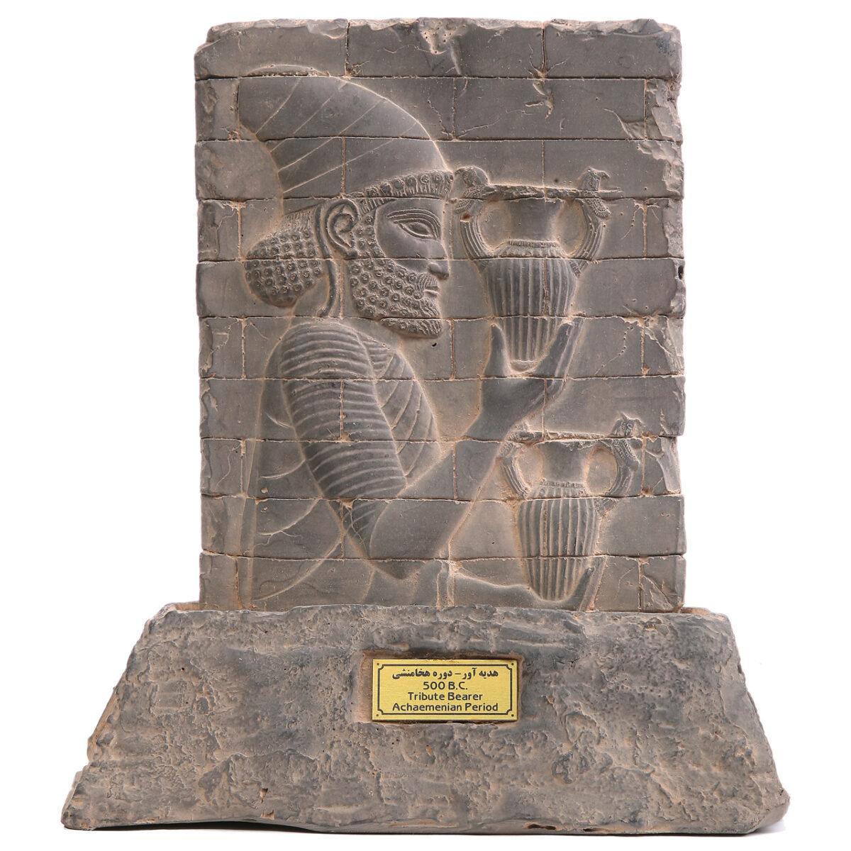مجسمه تندیس و پیکره شهریار مدل کتیبه آجری هدیه آور کد MO330