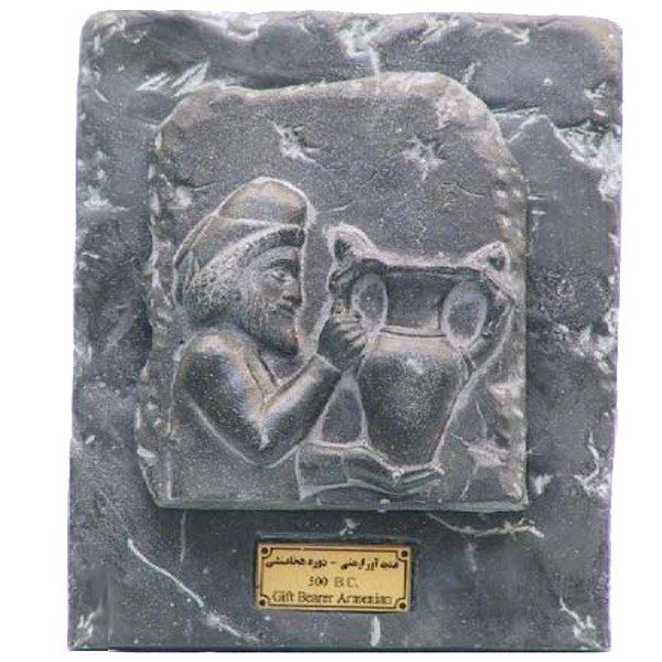 مجسمه تندیس و پیکره شهریار مدل تابلو سنگی هدیه آور ارمنی کد MO2690